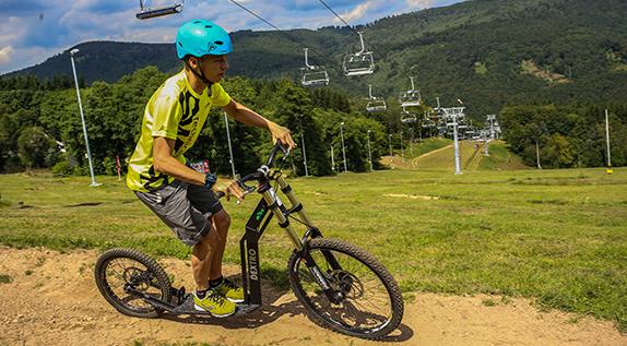 Tschechische Republik, Kliny, Foto vom 19.07.16: Jakub Langhammer aus Litvinov rollt die Downhill-Strecke hinab. Foto: Jan Görner